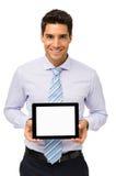 Уверенно бизнесмен рекламируя таблетку цифров стоковая фотография