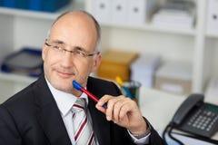 Уверенно бизнесмен смотря сбоку Стоковые Фотографии RF