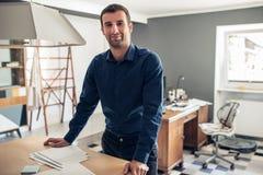 Уверенно бизнесмен стоя в большой студии работы Стоковое Изображение RF