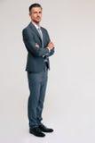 Уверенно бизнесмен стоя при сложенные оружия Стоковое Изображение