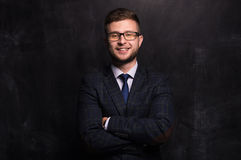 Уверенно бизнесмен стоя с улыбкой на его стороне стоковые фото