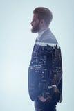 Уверенно бизнесмен думая о его карьере в городке Стоковая Фотография