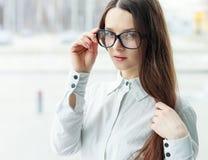 Уверенно бизнес-леди держа стекла стоковые изображения rf