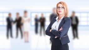 Уверенно бизнес-леди при пересеченные оружия Стоковое Изображение RF