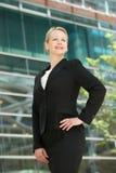 Уверенно бизнес-леди усмехаясь вне бушеля офиса Стоковая Фотография