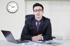 Уверенно ближневосточный бизнесмен в офисе Стоковая Фотография RF