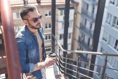 Уверенно взрослый парень стоит с кофе Стоковая Фотография RF