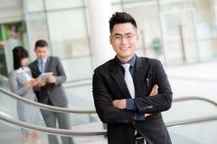 Уверенно въетнамский бизнесмен стоковые фотографии rf