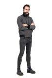Уверенно грубое punker в воинских ботинках и серая куртка при пересеченное оружие смотря камеру Стоковые Фото