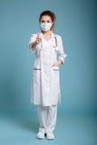 Уверенно женские доктор или медсестра нося хирургическую маску Стоковая Фотография RF