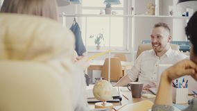 Уверенно женский менеджер дает направления к коллегам Офис кавказской коммерсантки ведущий многонациональный встречая 4K видеоматериал