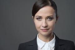 Уверенно женский портрет frontal коммерсантки Стоковое Фото