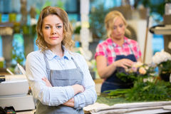 Уверенно женский предприниматель в цветочном магазине стоковая фотография
