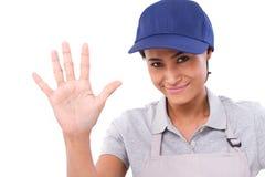 Уверенно женский работник поднимая ее ладонь, указывая вверх по 5 пальцам Стоковое Фото