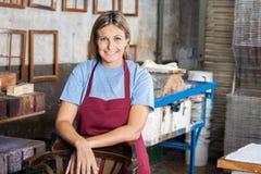 Уверенно женский работник усмехаясь в бумажной фабрике стоковое изображение rf