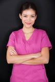 Уверенно женского портрета медсестры счастливые и розовый стоковое фото rf