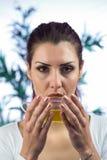Уверенно женщина выпивая травяной чай Стоковое Изображение