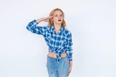 Уверенно женщина в салютовать вскользь одежд Стоковые Изображения RF