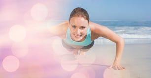Уверенно женщина делать нажимает поднимает на пляже стоковые фотографии rf