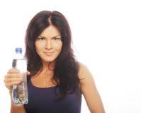 Уверенно женщина спортзала с усмехаться бутылки с водой Стоковое Изображение RF