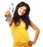 Уверенно женщина спортзала с усмехаться бутылки с водой Стоковое Изображение