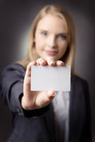 Уверенно женщина с визитной карточкой Стоковое Фото