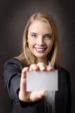 Уверенно женщина с визитной карточкой Стоковое Изображение