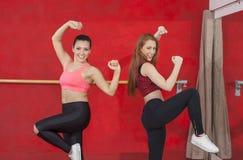 Уверенно женщины танцуя в классе Zumba Стоковое Фото