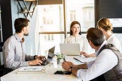 Уверенно жизнерадостные работники деля идеи в офисе Стоковые Изображения