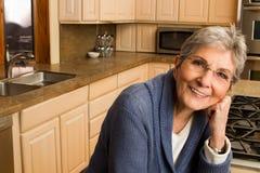 Уверенно зрелая более старая женщина дома стоковые фотографии rf