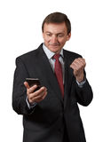 Уверенно зрелый бизнесмен смотря на телефоне надувательства, имеющ Стоковая Фотография RF