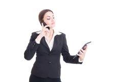 Уверенно и занятая молодая бизнес-леди используя таблетку и телефон Стоковая Фотография RF