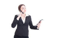 Уверенно и занятая молодая бизнес-леди используя таблетку и телефон Стоковые Фотографии RF