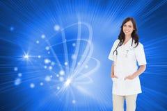 Уверенно и усмехаясь доктор женщины стоя перед окном Стоковое Фото