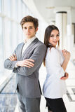 Уверенно команда дела человека и женщины стоя с пересеченными руками, концепции духа команды, пары бизнесменов успеха готовых Стоковое фото RF
