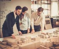 Уверенно команда инженеров работая совместно в студии архитектора Стоковое Изображение