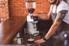 Уверенно кофе заваривать бармена в столовой стоковые фотографии rf