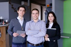 3 уверенно мальчики и студенты или работника девушек которые стоят w Стоковые Фотографии RF