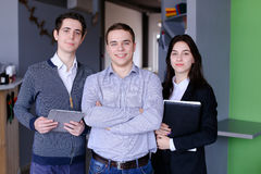 3 уверенно мальчики и студенты или работника девушек которые стоят w Стоковые Изображения RF