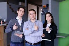 3 уверенно мальчики и студенты или работника девушек которые стоят w Стоковые Фото