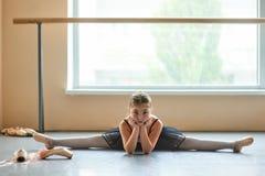 Уверенно молодая балерина делая разделение ноги Стоковая Фотография RF