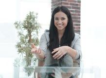Уверенно молодая женщина - вождь сидя на таблице в конференц-зале Стоковая Фотография