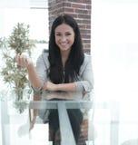 Уверенно молодая женщина - вождь сидя на таблице в roo конференции Стоковые Изображения