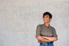 Уверенно молодая современная чернокожая женщина стоя при ее пересеченные оружия Стоковые Фото