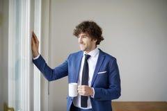 Уверенно молодой бизнесмен с его кофе утра Стоковые Изображения RF