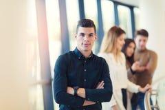 Уверенно молодой бизнесмен смотря камеру пока стоящ Стоковая Фотография RF