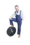 Уверенно молодой инженер стоя близко колесо автомобиля стоковое фото