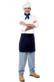 Уверенно молодой мужской шеф-повар стоковые изображения