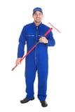 Уверенно молодой мужской mop удерживания уборщика Стоковые Фото