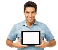 Уверенно молодой человек рекламируя таблетку цифров стоковая фотография